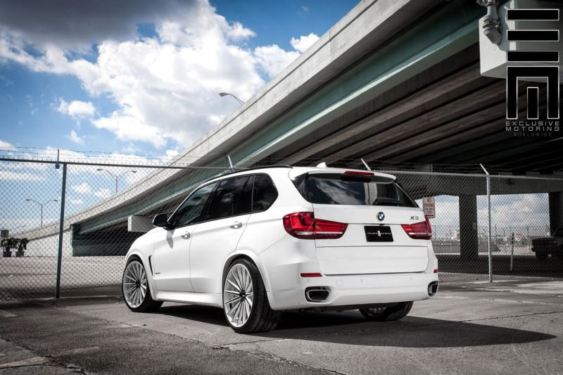Alpine-White-BMW-X5-On-Vossen-VFS2-Wheels-3