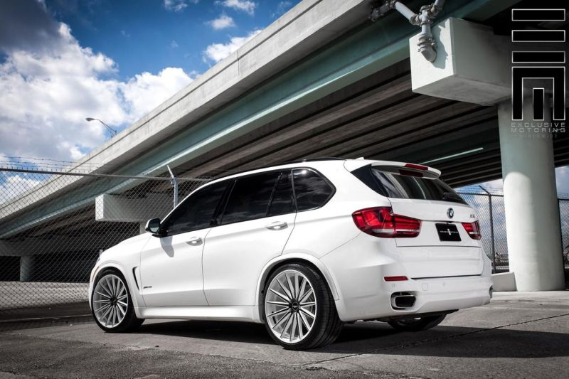 Alpine-White-BMW-X5-On-Vossen-VFS2-Wheels-4