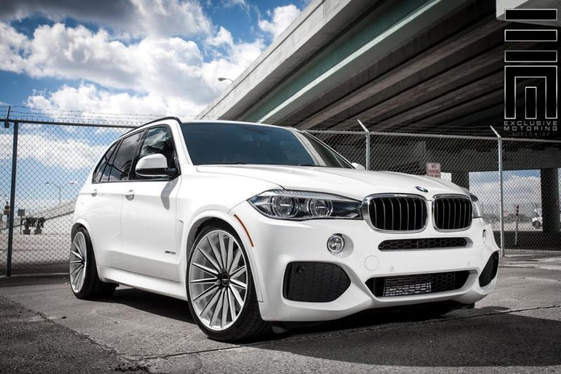 Alpine-White-BMW-X5-On-Vossen-VFS2-Wheels-7