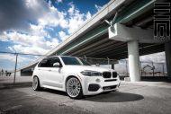 Alpine White BMW X5 On Vossen VFS2 Wheels 8 190x127 BMW X5 F15 mit 22 Zoll VFS2 Vossen Wheels Alufelgen