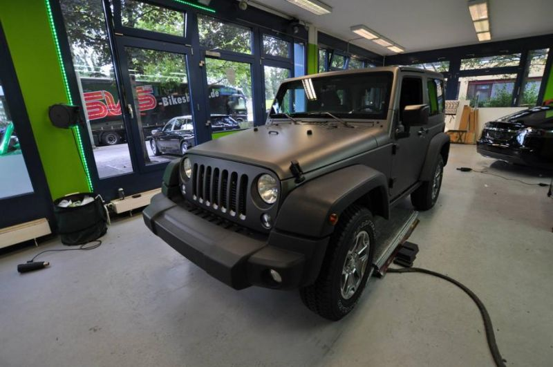 11741315 1010360268998022 2120597390369436995 o Jeep Wrangler Rubicon in Mattschwarz by Print Tech
