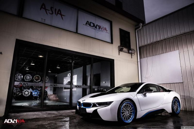 BMW i8 With Aftermarket Custom Forged Wheels Installed 2 20 Zoll ADV15R Track Spec Felgen in Blau am BMW i8