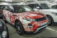 range rover evoque gets bloody makeover in russia as halloween costume 1 190x127 Für den Serienkiller? Range Rover Evoque blutige Folierung