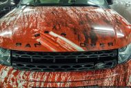 range rover evoque gets bloody makeover in russia as halloween costume 2 190x127 Für den Serienkiller? Range Rover Evoque blutige Folierung