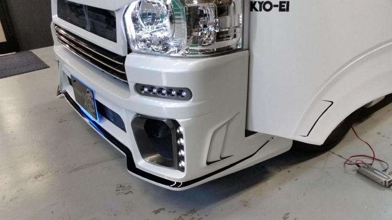 Rowen International Bodykit Toyota 200 Hiace 4 4 Rowen International Bodykit für den Toyota 200 Hiace 4
