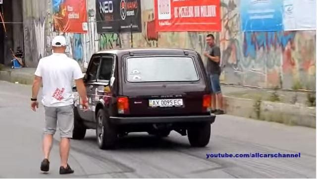 680PS Nissan GT R Stage 2 vs 600PS Vaz 2121 Lada Niva Video: 680PS Nissan GT R Stage 2 vs 600PS Vaz 2121 Lada Niva