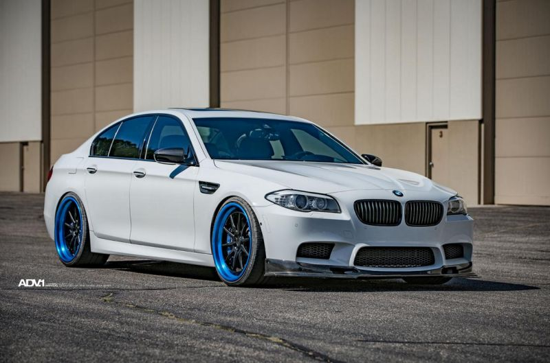 ADV.1 Wheels BMW M5 F10 Tuning 1 21 Zoll ADV.1 Wheels in Blau am weißen BMW M5 F10
