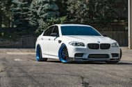 ADV.1 Wheels BMW M5 F10 Tuning 3 190x126 21 Zoll ADV.1 Wheels in Blau am weißen BMW M5 F10