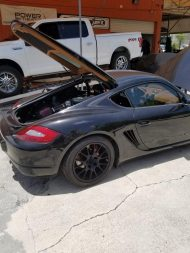 porsche cayman gets ford coyote 50 v8 engine swap out for 911 blood 3 190x253 Video: Porsche Cayman mit Ford Mustang V8 Motor