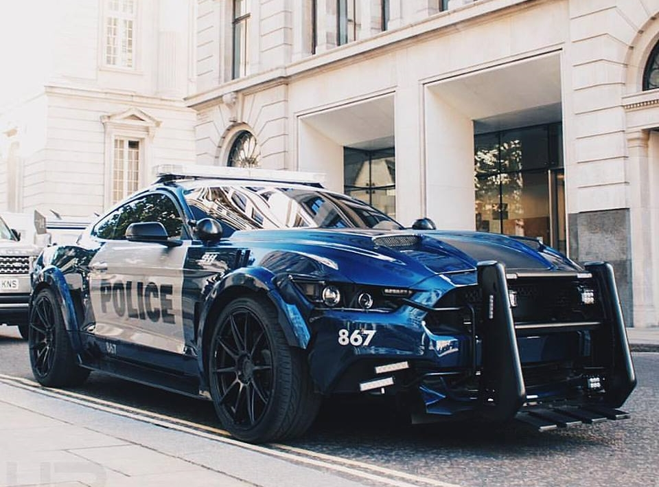 Rendering Ford Mustang Polizeifahrzeug Tuning 2 Extrem tief und brutal   Ford Mustang Polizeifahrzeug