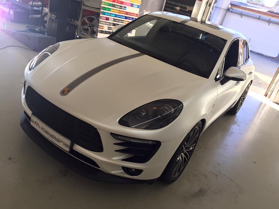 Porsche Macan Folierung mattwei%C3%9F Tuning 3 Porsche Macan von 2M Designs mit Voll Folierung in Mattweiß