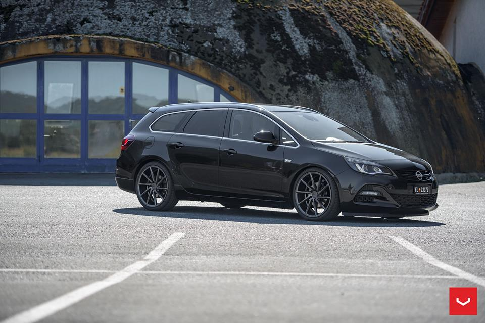 eleganter opel astra sports tourer auf vossen cvt felgen. Black Bedroom Furniture Sets. Home Design Ideas