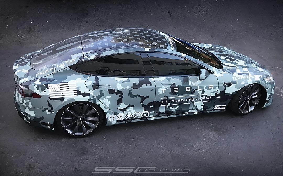 SS Costums   Tesla Model S mit Memorial Day Folierung
