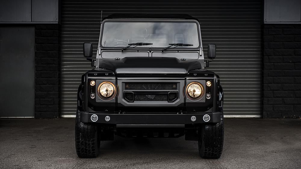 Kahn Design Land Rover Defender volcanic black Tuning 1 Kahn Design Land Rover Defender in Burgunder/Schwarz