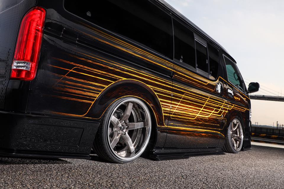 Kuhl racing Toyota Hiace Widebody 2018 Tuning 10 IZ Metal & Candy Painting: das Autos als fahrendes Kunstwerk