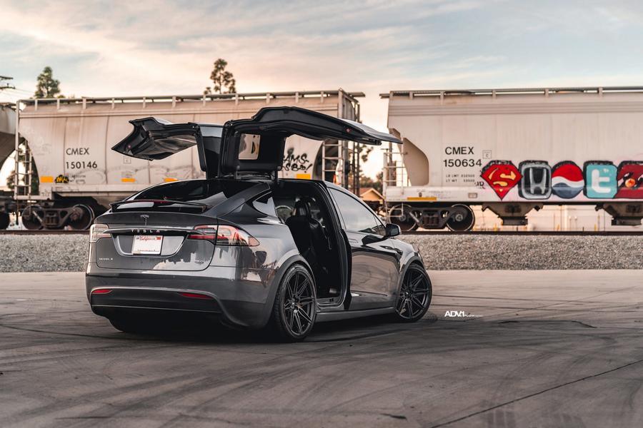 Tesla Model X 22 Zoll ADV08 FLOWSpec Tuning 11 Was sind sogenannte Gullwing Türen? Kann man sie nachrüsten?