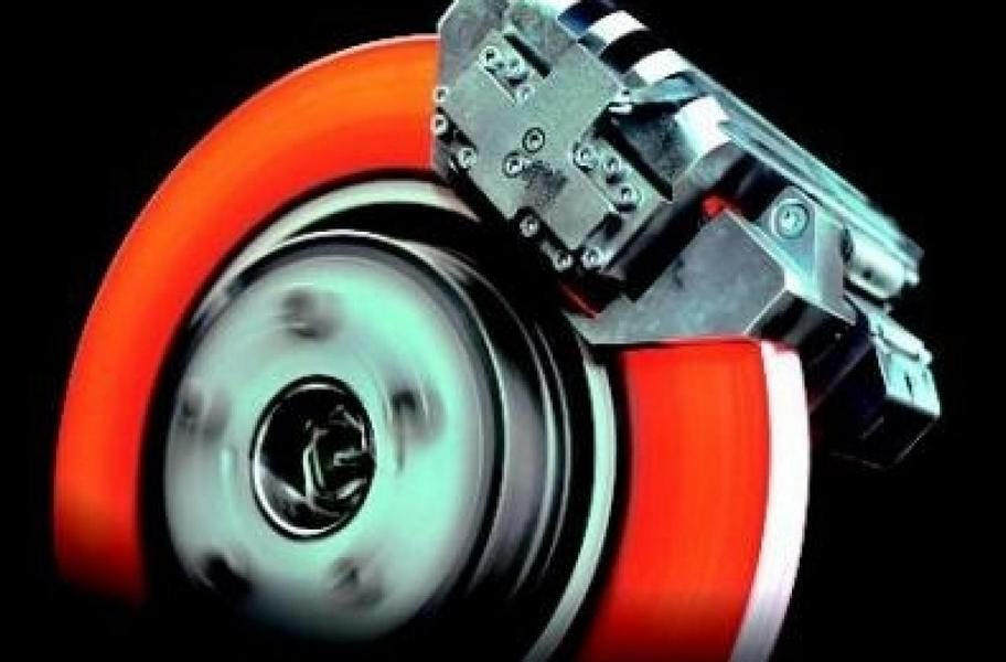 Brake disc hot glowing warm e1585635583306 Brake fluid: change interval and what it costs!