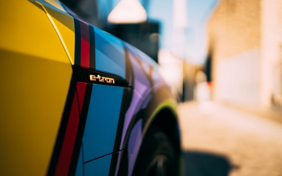 SIGNal WRAPPING.COM Audi E Tron Sportback 4 Women discover car wrapping as an expression of their personality